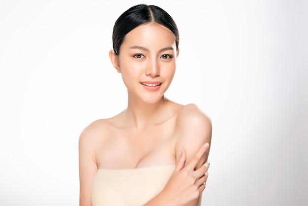 清潔でさわやかな肌を持つ美しい若いアジア女性 Premium写真