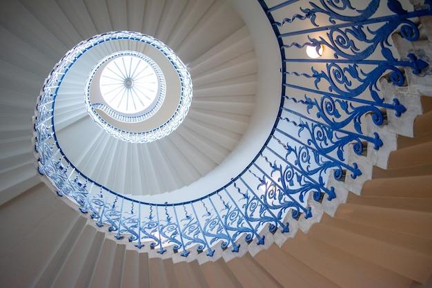 Винтовая лестница в виде тюльпана Premium Фотографии