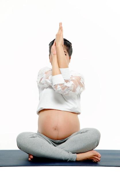 ヨガをやっている健康な妊婦 Premium写真