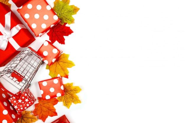 Рамка из кленовых листьев и подарочных коробок на белом фоне Premium Фотографии
