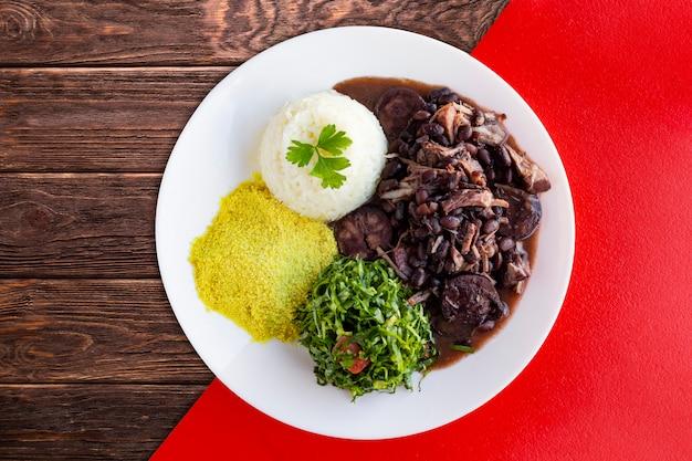 ブラジルのフェイジョアーダ。木製のテーブル付き Premium写真