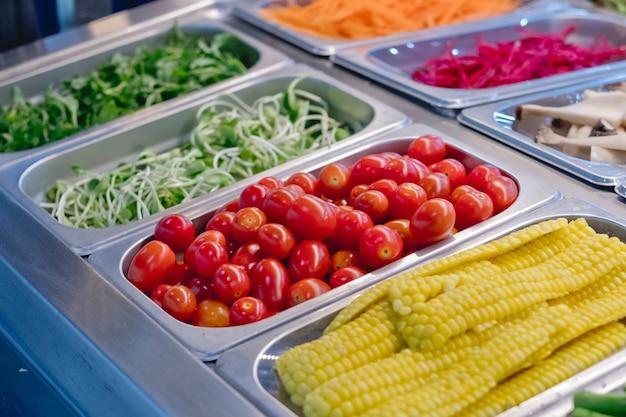 レストランで野菜とサラダバー、健康食品 Premium写真