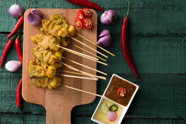 タイ料理、豚肉のグリルステーキ、ピーナッツソースと酢 Premium写真