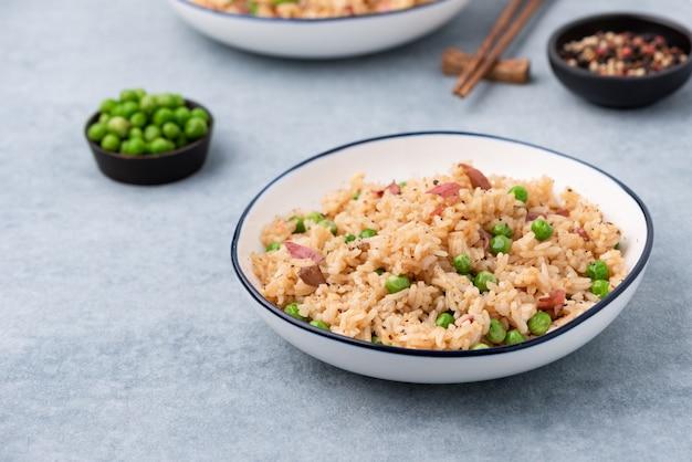 日本はエンドウ豆と箸でご飯を炊いた Premium写真