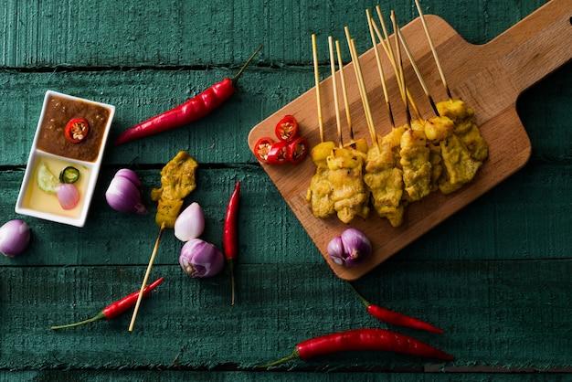 タイ料理、ピーナッツソースと酢のポークグリル Premium写真
