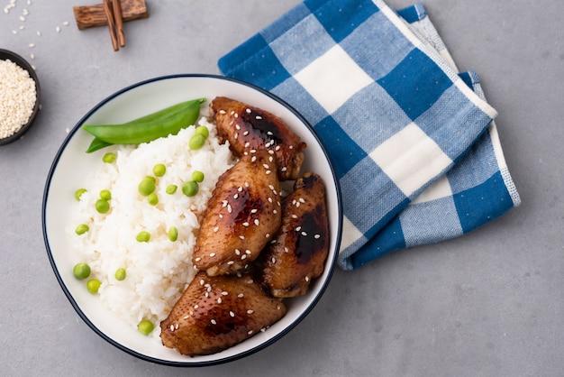 中華料理フライドチキンウィングライス Premium写真