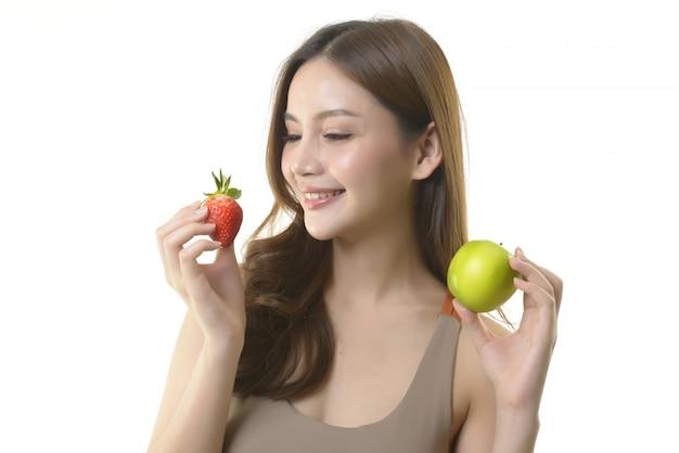 リンゴとイチゴのかなりアジアの女性 Premium写真