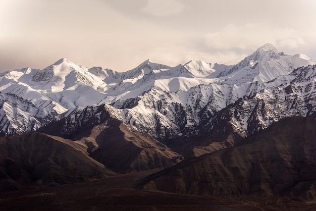 レーラダックインドの青い空と雪の山。 Premium写真