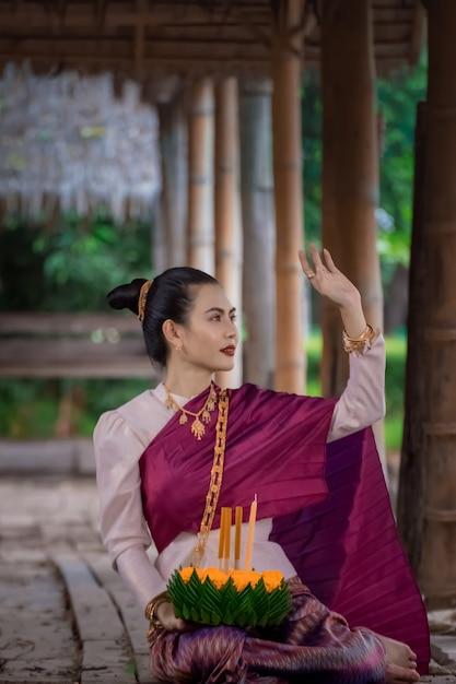 タイのロイクラトン伝統的な祭り。タイの伝統的な持株クラトンでアジアの女性。 Premium写真