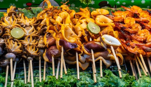 Зажаренный кальмар. зажаренная еда кальмара уличная в таиланде. Premium Фотографии