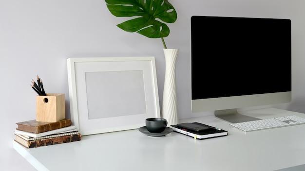 コンピュータディスプレイと事務用機器 Premium写真