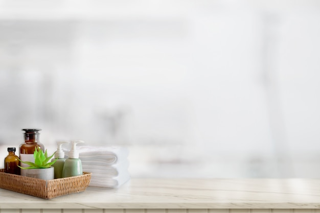 セラミックスのシャンプーや石鹸、バスルームの背景にコピースペースを持つ大理石のカウンター上のタオル Premium写真