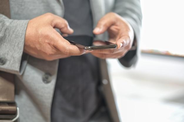 携帯電話を使用している人の手 Premium写真