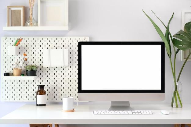 Макет чердак рабочей области с пустым экраном компьютера для монтажа графического дисплея. Premium Фотографии