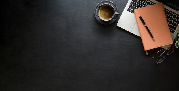 Офисное рабочее место из черной кожи с канцелярскими принадлежностями и копией пространства Premium Фотографии