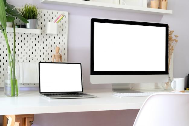 Современная чистая рабочая область макет с пустым экраном настольного компьютера. Premium Фотографии