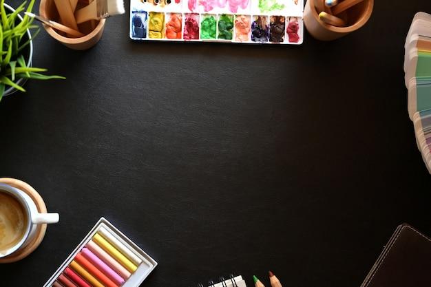 創造的な供給とコピースペースがある芸術家の革デスクトップ。 Premium写真