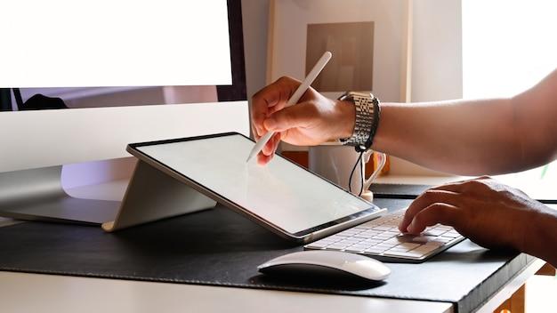 Обрезанный снимок молодого дизайнера, рисование эскизов на графическом планшете в студии Premium Фотографии