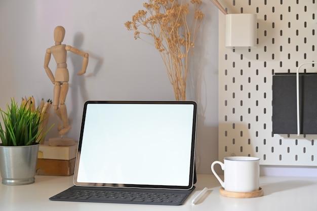Стильное минимальное рабочее место с макетом планшета и копией пространства Premium Фотографии