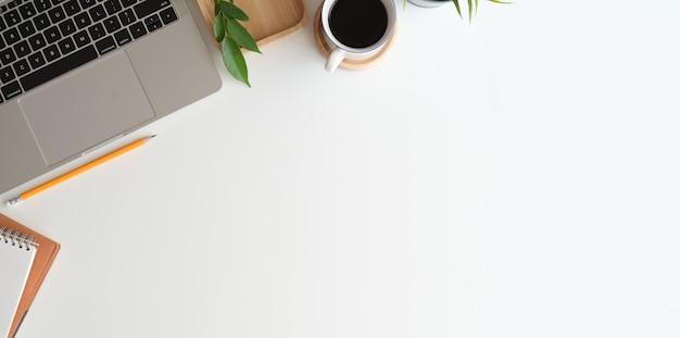 Стильное минималистичное рабочее место и пространство для копирования Premium Фотографии