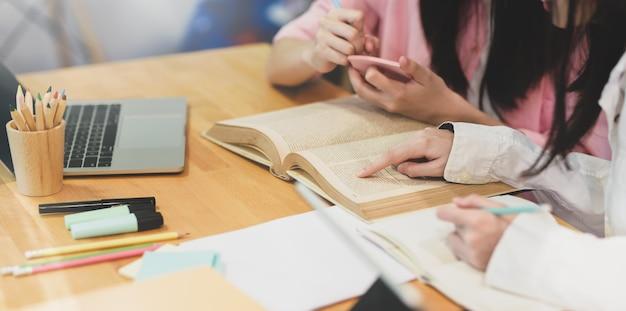 陽気な若い女子学生が一緒に勉強 Premium写真