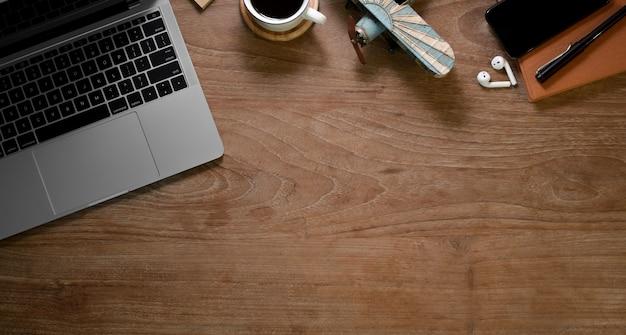 Деревенский домашний офис с канцелярскими товарами и чашкой кофе Premium Фотографии