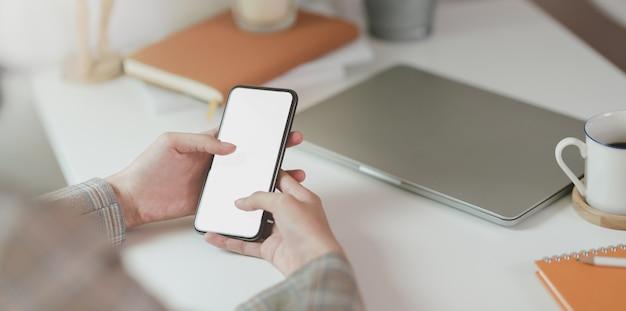 Крупным планом бизнес-леди трогательно смартфон Premium Фотографии