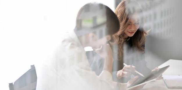 Молодая профессиональная бизнес команда проводит мозговой штурм проекта Premium Фотографии