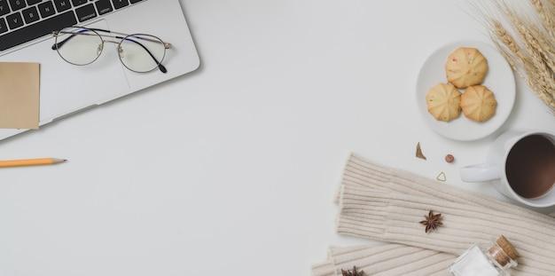 コピースペース、ラップトップコンピューター、事務用品と秋のワークスペースの平面図 Premium写真