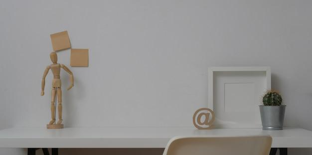 Минимальное рабочее пространство с макетом кадра и копией пространства Premium Фотографии