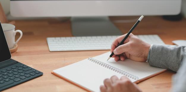 ノートに彼のアイデアを書くプロのビジネスマン Premium写真