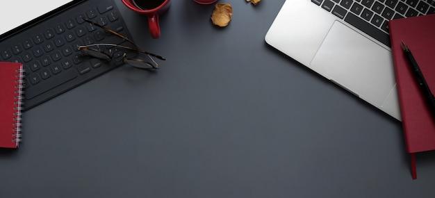 Вид сверху современного рабочего пространства с ноутбуком и планшетом с канцелярскими товарами Premium Фотографии
