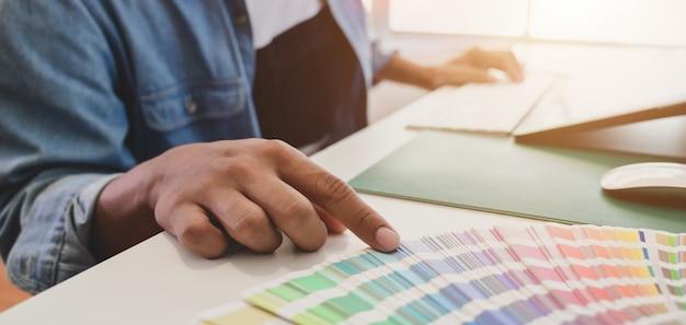 Графический дизайнер мужской расцветки для своего проекта Premium Фотографии