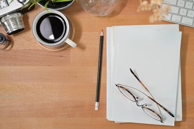 オフィス木製ワークスペースデスクテーブル Premium写真