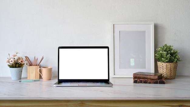 ブロガーワークスペース空白の画面のノートパソコン、コピースペース付きポスターフレームモックアップ Premium写真