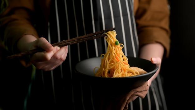 シェズワン麺を食べる準備ができている女性のクローズアップ表示 Premium写真