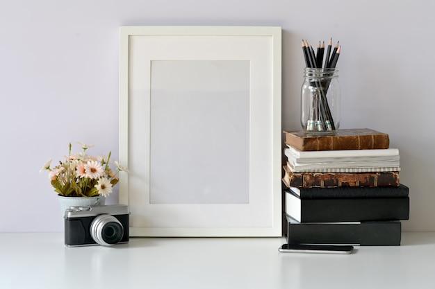 流行に敏感なワークスペースのモックアップ空白フレームポスター Premium写真