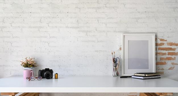 ロフトの木製職場モックアップポスターとコピースペース Premium写真