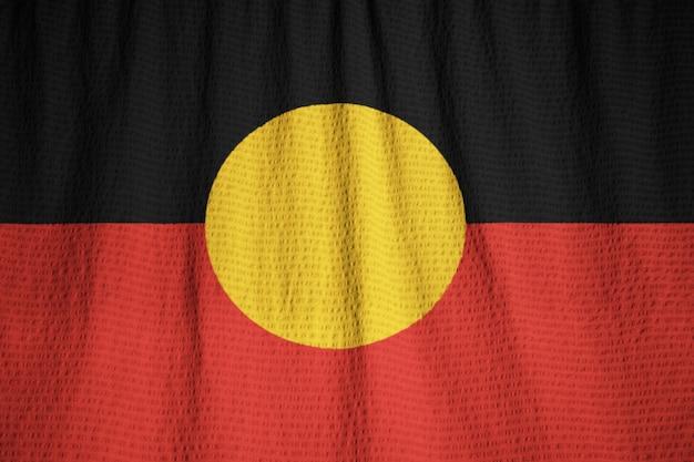 Макрофотография взломанный австралийский флаг аборигенов, австралийский флаг аборигенов, дующий в ветре Premium Фотографии