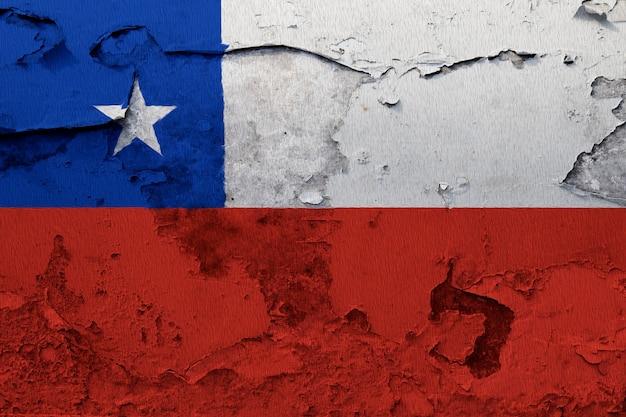 グレーの割れた壁に塗られたチリの国旗 Premium写真