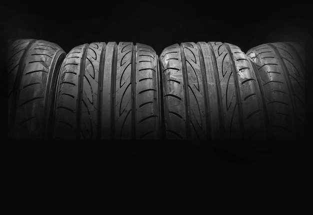 黒の背景に分離された車のタイヤ Premium写真