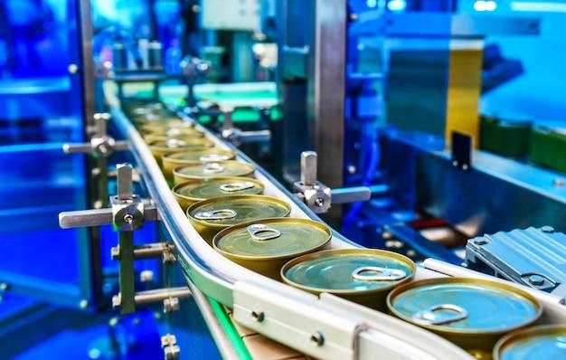 Консервы на конвейере в распределительном складе Premium Фотографии