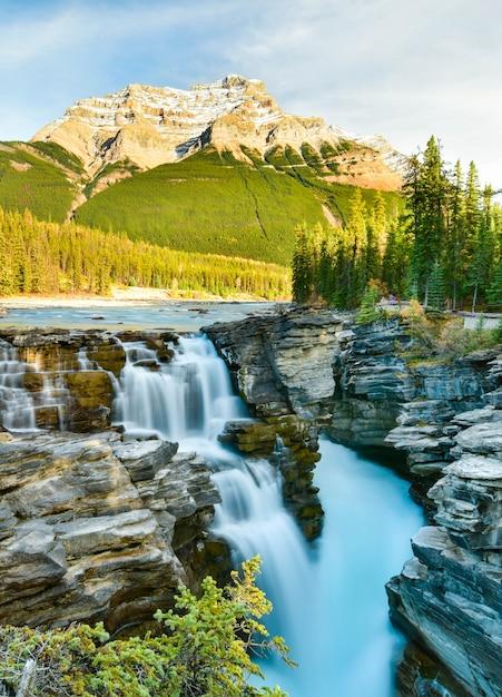 秋のアサバスカ滝、カナダ、アルバータ州ジャスパー国立公園 Premium写真