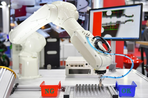 Современная роботизированная система машинного зрения на заводе Premium Фотографии