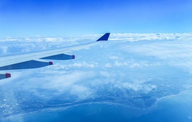 Вид красивого облака и крыла самолета из окна Premium Фотографии