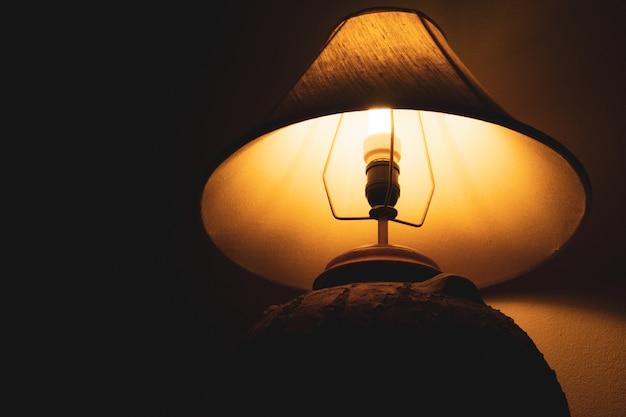 暗い背景と夜のリビングルームのランプ Premium写真