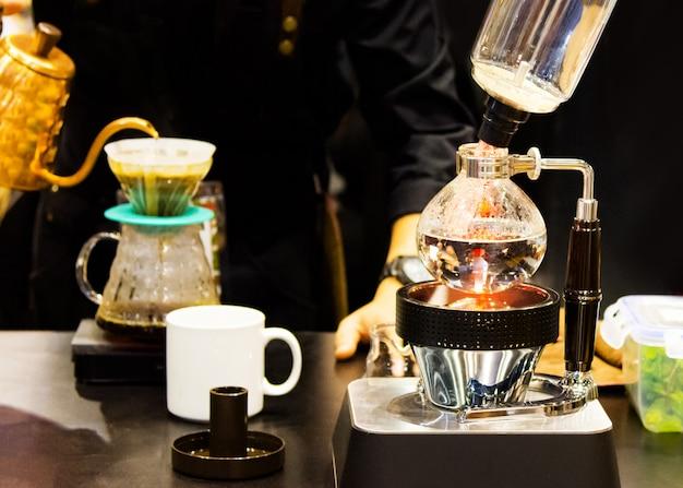 Сифон кофеварка кафе кофе, кофейня работа Premium Фотографии