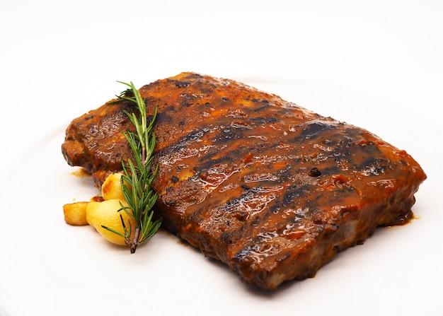 Свиные ребрышки гриль, ребрышки гриль и копченые с соусом барбекю Premium Фотографии