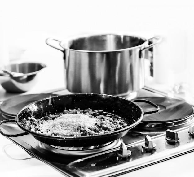 シェフが料理、食事、キッチンで、シェフの料理、シェフの飾り皿 Premium写真
