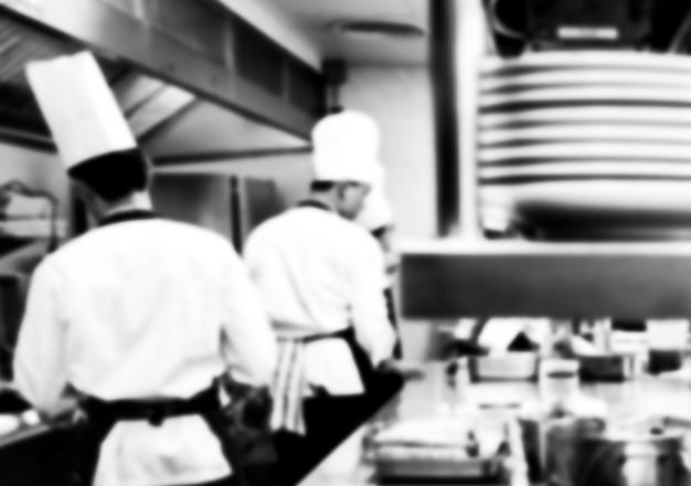 Движение повара ресторанной кухни, шеф-повар делает еду черно-белой Premium Фотографии